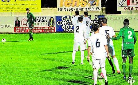 Iván Navarro golpea una falta durante el partido de dieciseisavos de final de la Copa Federación.