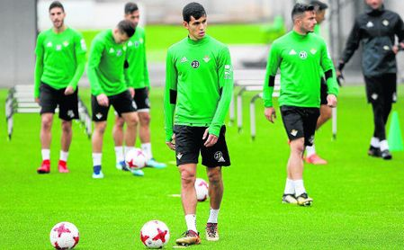 Mandi, sancionado ante el Girona, estará disponible para el partido contra Las Palmas del domingo.