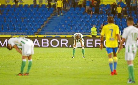 Varios jugadores del Betis, derrotados tras el pitido final en Las Palmas.