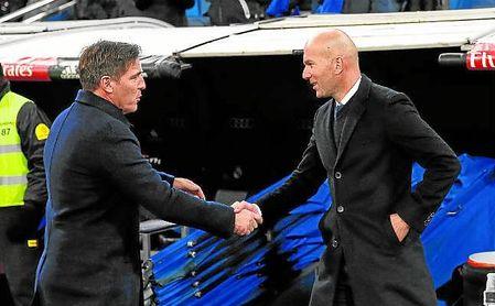 Berizzo y Zidane se saludan en el Santiago Bernabéu, en la ida de las ´semis´ de la pasada Copa.
