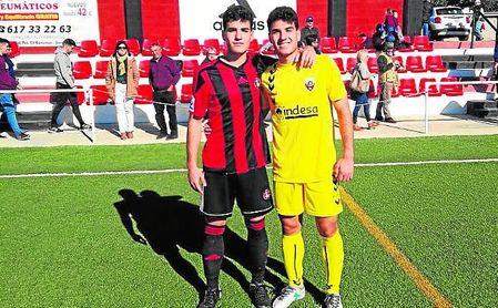 Raúl y Jesús Vega posan juntos a la finalización del Gerena-Cabecense disputado el miércoles.
