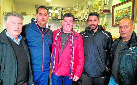 Bernardo Pérez (segundo por la derecha), nuevo entrenador de la Estrella.