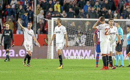 Los jugadores del Sevilla fueron despedidos con pitos el viernes, después de ser incapaces de pasar del 0-0 ante el Levante.