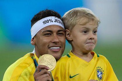 Un tribunal ratifica a Neymar el pago de una multa al médico del parto de su hijo Lucca