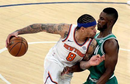 102-93. Beasley salva a Knicks con 32 puntos en la vuelta de Porzingis