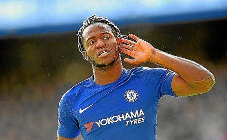 Batshuayi celebra un gol con la elástica del Chelsea.