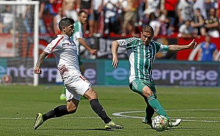 Joaquín trata de controlar el balón ante la presión de Banega en el último derbi disputado en el Sánchez Pizjuán.