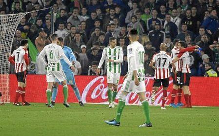Los jugadores del Athletic celebran el 0-2 de Feddal en propia puerta.