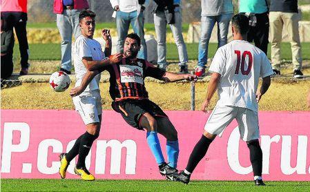 Sevilla C y Lebrijana, en la imagen en el duelo que mantuvieron en la jornada 12, han sido los dos grandes protagonistas sevillanos en la primera vuelta.