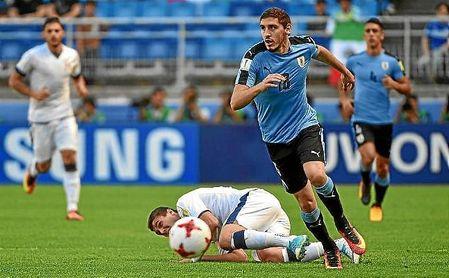 Agustín Rogel, en un partido con la selección sub 20 de Uruguay.