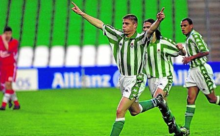 Un Joaquín muy joven celebra un gol con el Betis junto a Capi y Denilson.