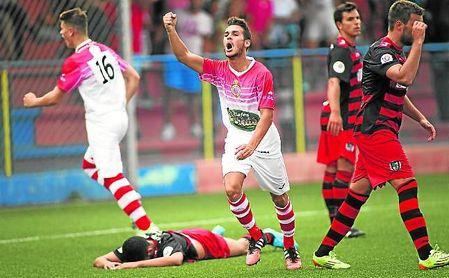 Edu Calderón, con la camiseta del Utrera, celebrando un gol ante el Gerena.