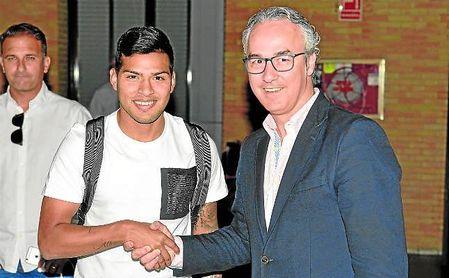 Nahuel y Miguel Torrecilla se saludan a la llegada del extremo a Sevilla en el verano de 2016.