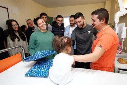 Los jugadores del Deportivo entregan regalos a niños ingresados en dos hospitales