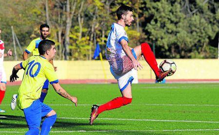 Antonio Iglesias Carrasco ´Gordi´ controla un balón de forma acrobática durante el San Juan-Morón C.F.