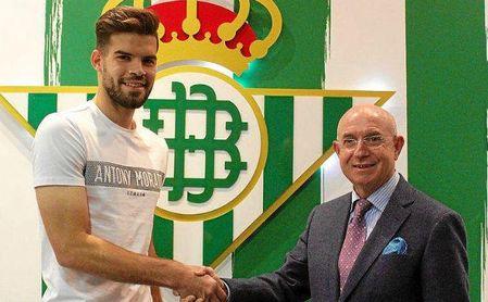 El defensa Carlos Blanco posa junto a Serra Ferrer.