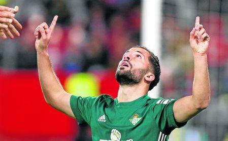 Durmisi celebra un gol con el Betis.