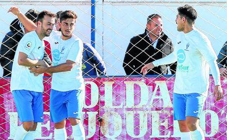 En la imagen, Borja (centro) felicita a su compañero Juan tras la consecución de un gol.