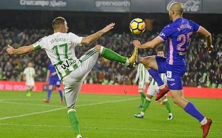Joaquín y Amrabat pugnan por un balón dividido.
