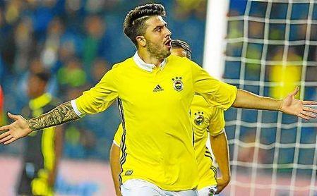 Ozan Tufan celebra un gol con el Fenerbahçe.