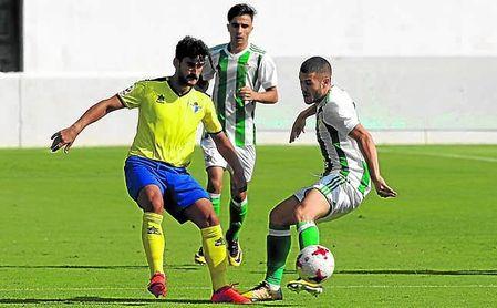 Marrufo presiona a Julio Gracia en el Betis Deportivo-Écija de la primera vuelta.