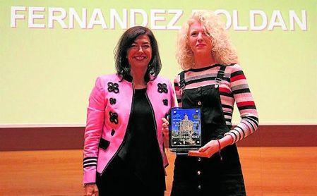 María José Rienda posa junto a la atleta paralímpica Sara Fernández. Los avances en la igualdad, tanto de discapacitados como del deporte femenino, han sido importantes en Andalucía.