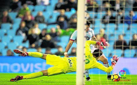 Antonio Adán para un balón contra el Celta.