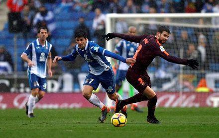 El Espanyol y el Barça empatan 1-1 bajo la lluvia