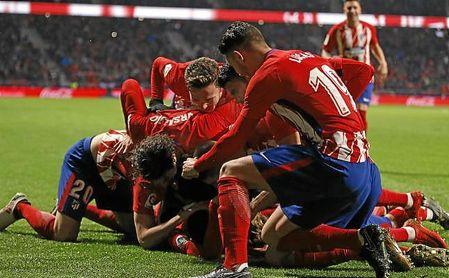 Los jugadores rojiblancos celebran el gol de Correa.