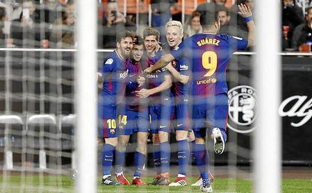 Los jugadores del Barcelona celebran el gol de Coutinho.