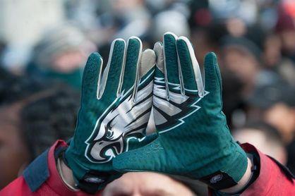 Miles de personas vitorean a los Eagles en su desfile de campeones del Super Bowl