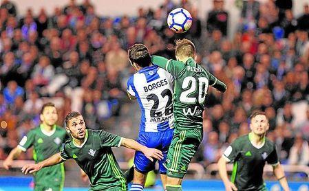 Álvarez Izquierdo vio penalti en este salto entre Borges y Pezzella y el Deportivo empató en el 93´ en la última visita del Betis a Riazor.