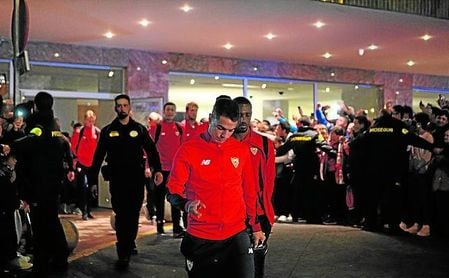 Ben Yedder, cabizbajo, saliendo del hotel de concentración en las semifinales de Copa, donde no jugó nada.