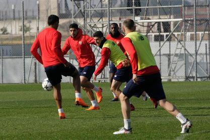 Banega, con el grupo, apunta al Manchester United