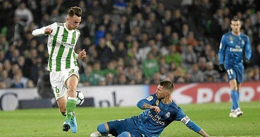 Fabián intenta salvar una entrada del madridista Sergio Ramos.