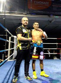 Hinostroza campeón de España de peso mosca por KO