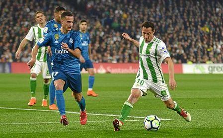 Guardado intenta zafarse de la presión de Lucas Vázquez.