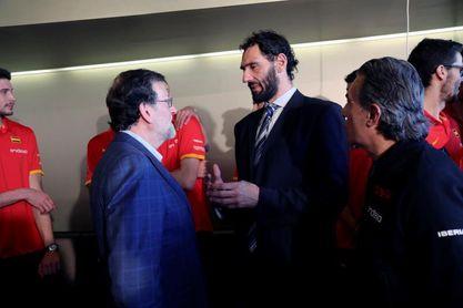 Mariano Rajoy recibe una camiseta de la selección española de baloncesto