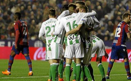 Los jugadores del Betis celebran el primero gol ante el Levante.