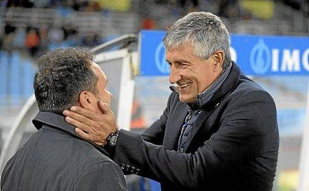 Eusebio y Setién se saludan antes de un partido.