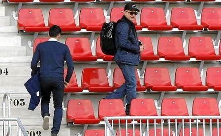 Juan Carlos Osorio siguió el entrenamiento sevillista de ayer junto a Javi Guerrero.