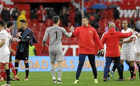 Rico se saluda con San José, mientras Kepa y Soria hacen lo propio.