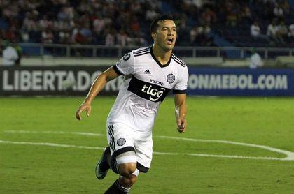 Olimpia se afianza en el liderato con goles de Camacho y en un partido jugado en dos días