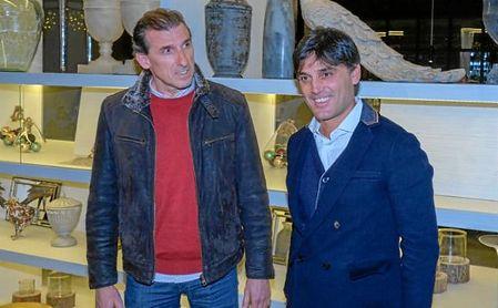 Óscar Arias, recibiendo a Vincenzo Montella en su llegada a Sevilla.