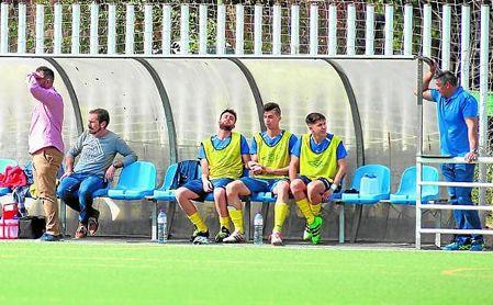 Raúl Carmona (izquierda), entrenador de Los Palacios, en un lance del encuentro ante el Demo.