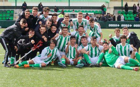 Los jugadores verdiblancos celebran la victoria sobre el césped.