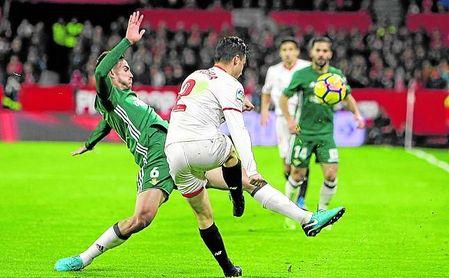 Betis y Sevilla, los dos eternos rivales, pugnarán por las plazas de UEL, con peor calendario nervionense, pero doble oportunidad.
