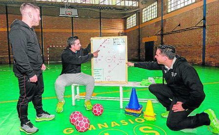 José Gallardo, en el centro, prepara el entrenamiento diario con su sobrino José Antonio y su cuñado Antonio José en el Gimnasio Atlas.