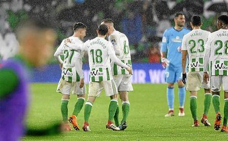 Guardado y Fabián felicitan a Francis por su gol.