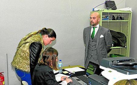 Luis Oliver Sierra espera para recoger su acreditación en la última junta de accionistas.
